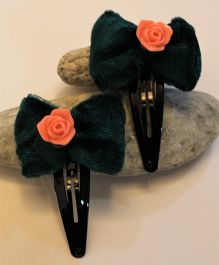 Many frocks & Pack of 2 Velvet Bow & Rose Tic Tac Clips - Green