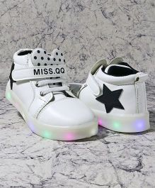 Kidlingss Casual Shoes With LED Lights - White