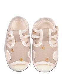 Kidofy Star Print Pair Of Sandals - Beige