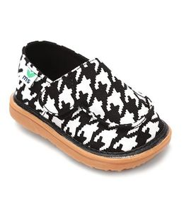 Mooshu Trainers Houndstooth Print Stylish Pair Of Shoes - Black & White