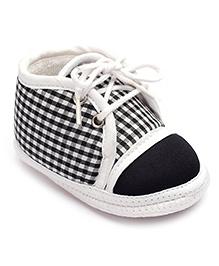 Cute Walk Baby Booties Black And White - Checks Print