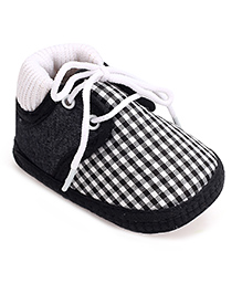 Cute Walk Booties Black And White - Checks Print