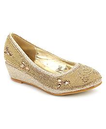 Cute Walk Studded Design Belly Shoes - Golden