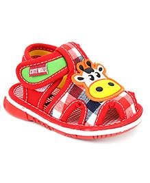 Cute Walk Giraffe Applique Squeaky Sandals - Red